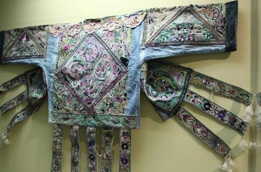 百鸟衣艺术与苗族古代鸟图腾有关,居住在丹寨县境内的苗族支系自称&